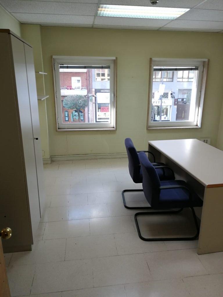 Múltiples despachos y salas de reuniones