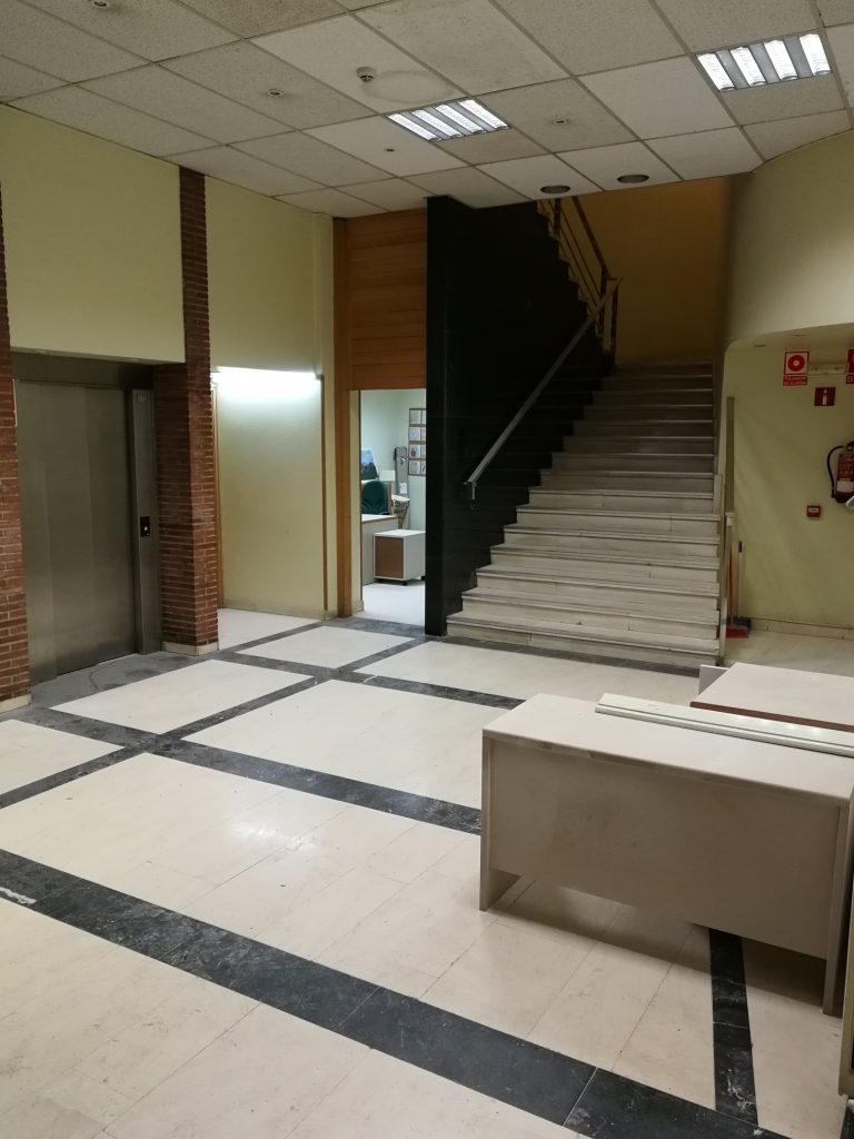 Local comercial con ascensor y escalera interior